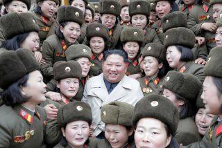 La inquietante foto de Kim Jong-un riéndose rodeado por una multitud de mujeres militares que lloran