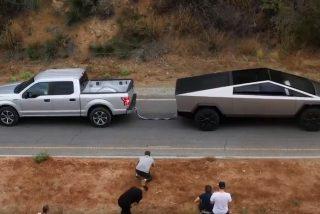 Vídeo viral: Elon Musk compite con su Cybertruck ante un Ford F-150 al juego de la soga