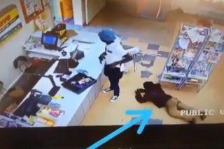 ¡Quién roba a un ladrón….!: Este cliente le roba a un ladrón armado mientras asaltaba un supermercado