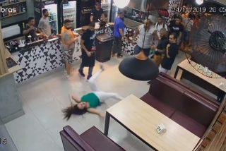 Vídeo viral: Estos 2 hombres atacan a una mujer en un bar porque su mesa estaba demasiado cerca de ellos