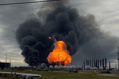 Video viral: Ordenan la evacuación de 60.000 personas tras otra explosión en una planta petroquímica en EE.UU.