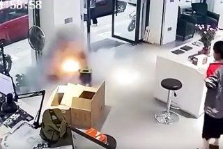 Vídeo viral: Momento en el que explota la batería de un coche eléctrico mientras se cargaba en una tienda