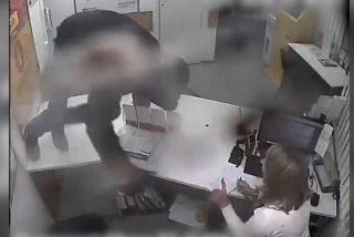 Vídeo viral: Esta empleada planta cara a un atracador, lo desarma y lo expulsa 'a gritos'