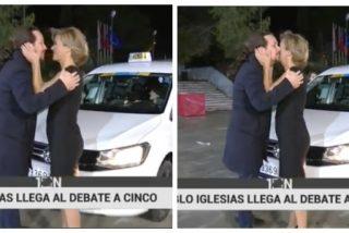 """EN DIRECTO / María Casado besa efusivamente a Iglesias, a Rivera le quitan el cajón para parecer más alto y Abascal llega """"muy animado"""""""