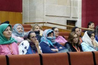 ¡Inaudito! Invitadas de Podemos a un pleno se ponen el 'hiyab' para repudiar a VOX... ¡por machista!