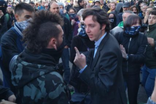 Vea el momento en el que Francisco Nicolás planta cara a los CDR que intentan agredirle en Barcelona