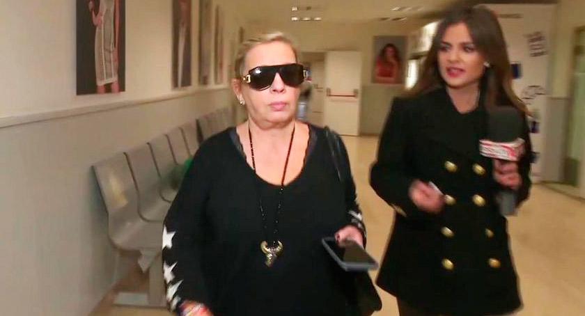 Carmen Borrego a la fuga por los pasillos de Telecinco perseguida por una reportera de Socialité a la que finalmente dio un portazo