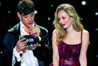 El penoso estado en que  César Vicente, el nuevo 'chico Almodovar', entregó uno de los premios '40 Principales'