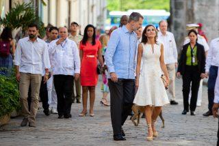 La Reina Letizia repite vestido blanco y alpargatas en su segundo día en Cuba