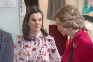 Doña Letizia y doña Sofía pasan la mañana en un rastrillo solidario y arrasan comprándose de todo