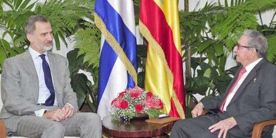 Felipe VI y Raúl Castro: la foto con el dictador que Sánchez obligó al Rey a hacerse y da dolor de estómago en la Casa Real