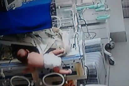 Vídeo Viral: el terrorífico momento en que la bebé se cae de la incubadora