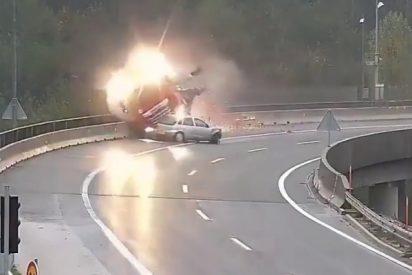 Vídeo Viral: La criminal imprudencia de este conductor empuja al camión cisterna al abismo y la muerte