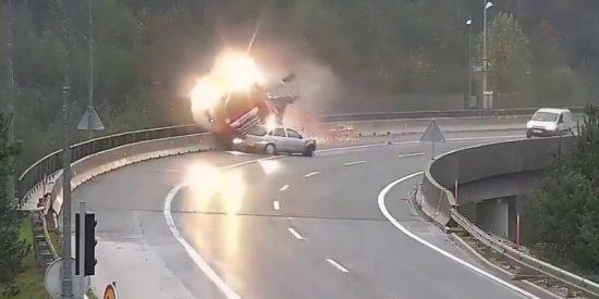 La criminal imprudencia de este conductor empuja al camión al abismo y la muerte