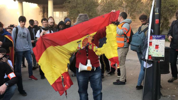 """Cascan una multa de 2.160 euros a tres fanáticos del Sindicato de Estudiantes catalán por """"ultrajar una bandera de España"""""""
