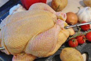 Así te la cuelan en el supermercado con el pollo de corral: siete mitos más falsos que un euro de madera