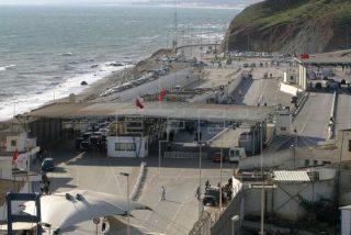 Una furgoneta 'suicida' arrasa los controles fronterizos y mete a toda velocidad a 52 inmigrantes sin papeles en Ceuta