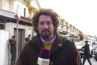 Brutal recibimiento a un reportero de 'Sálvame' en un pueblo a base de huevazos en pleno directo