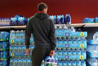 ¿Sabías que el agua embotellada cuesta 300 veces más cara que la del grifo y no es mejor?