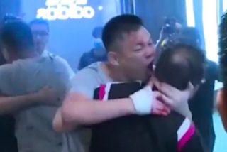 El escalofriante momento en que un fanático comunista le arranca la oreja de un mordisco a un concejal opositor en Hong Kong