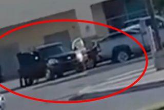 Momento en que miembros de un cártel mexicano roban camionetas a plena luz del día