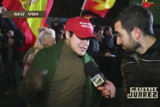 """Un reportero de TV3 destila racismo con un votante de VOX de origen venezolano: """"¿Usted tiene papeles?"""""""