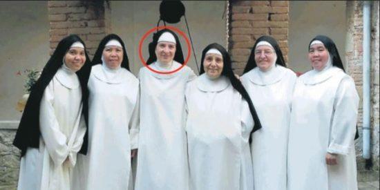 Sor María Teresa, la madre superiora, se enamora de un hombre y tienen que cerrar el convento