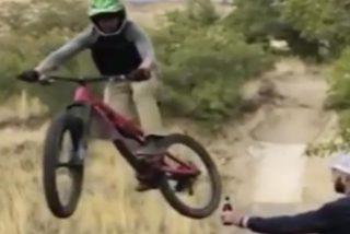 Vídeo viral: El tipo que abre la cervezas a sus colegas sin bajarse de la bici….