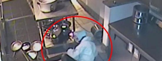 Vídeo viral: Esta torpe ladrona entra a robar en un restaurante, cae desde el techo y se estampa con todo lo gordo contra una mesa de metal