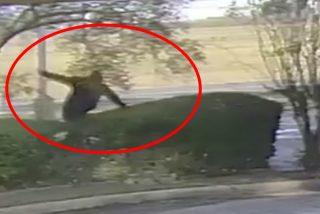 Vídeo viral: Este torpe ladrón tropieza tres veces mientras huye del banco que acaba de robar