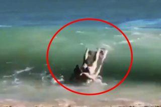 Vídeo viral: Esta mujer en bikini intenta tomarse sugerente foto, pero comete tremendo blooper