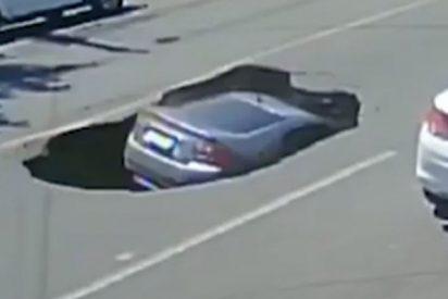 Vídeo viral: Este coche cae en un socavón que un camión abre tras su paso