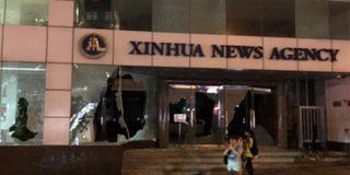 Manifestantes atacan e incendian un edificio de la agencia de noticias china Xinhua en Hong Kong