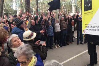 "El periodista Juan Soto Ivars califica de ""terapia ocupacional"" a los manifestantes de tsunami frente a las puertas del tribunal donde declara Torra"