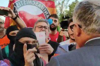 La turba de los CDR insulta, escupe y agrede a Josep Bou (PP) cuando intentaba acceder al Palacio de Congresos de Barcelona
