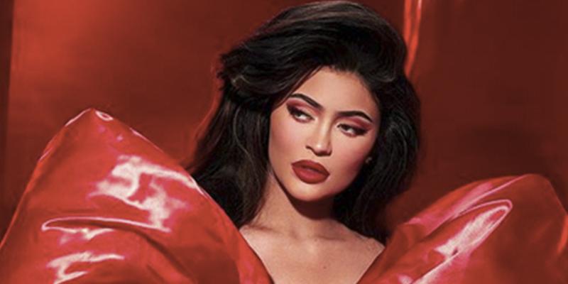 Kylie Jenner, casi desnuda, de rojo y con un gran lazo rojo de regalo…