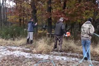 Vídeo viral: Así liberan con una motosierra a estos dos ciervos que quedaron atascados por sus cuernos durante una pelea