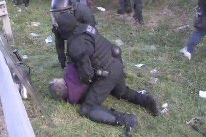 Vídeo viral: Este independentista agrede a un policía y luego se queja de la forma en la que un mosso lo inmoviliza