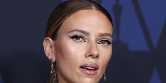Se hace viral una foto en bikini de Scarlett Johansson y en Twitter todos hablan de su 'tripita'