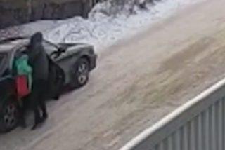 Vídeo viral: Este pedófilo secuestra a una niña, y un adolescente la salva del coche en marcha