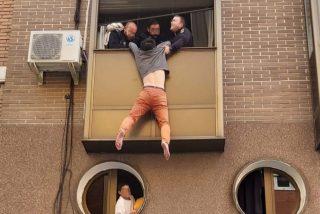 Rescatan a un hombre colgado del balcón a punto de caer porque huía de las palizas de su mujer
