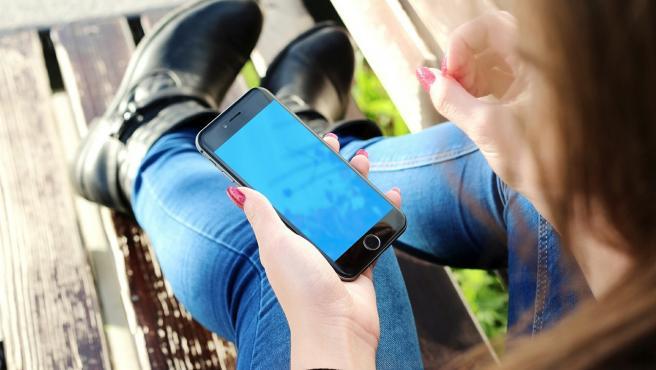 Una adolescente apuñala a sus padres mientras dormían porque le quitaron el móvil