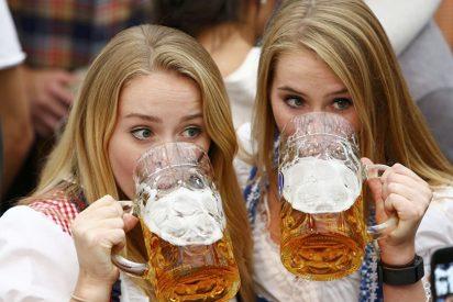 Cazando mitos: ¿Ayuda realmente dar golpecitos a una lata agitada para evitar que se derrame cerveza al abrirla?