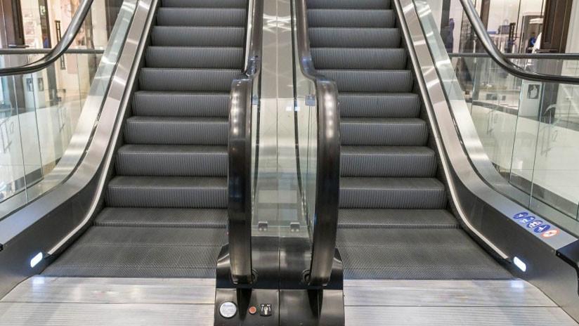 Arrestaron a una chica por no sujetarse al pasamanos de unas escaleras mecánicas y ahora recibirá 15.000 dólares de compensación