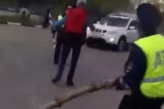 Este policía desarma a un hombre con un tronco de abedul