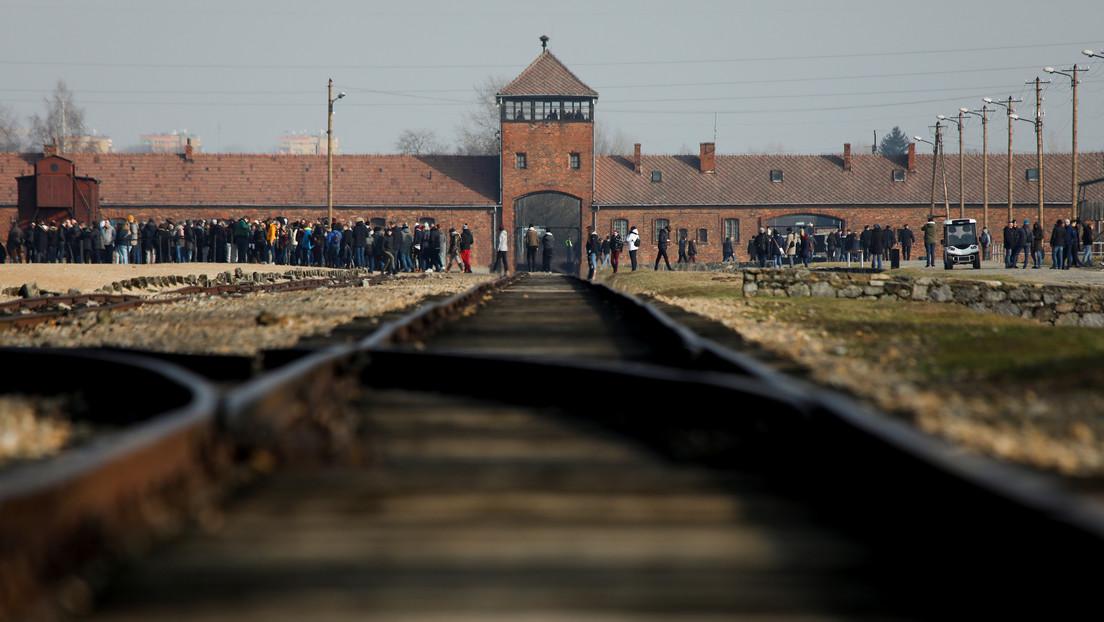 Le llueven las críticas a Amazon por vender adornos navideños con imágenes de Auschwitz