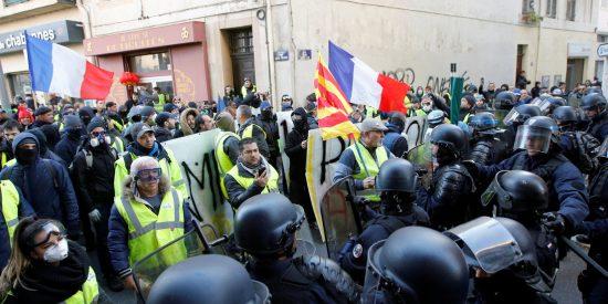 Vídeo viral: La Policía francesa tira al suelo a una anciana durante una carga contra manifestantes en Marsella