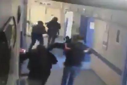 Momento en que unos hombres armados secuestran a un paciente en un hospital