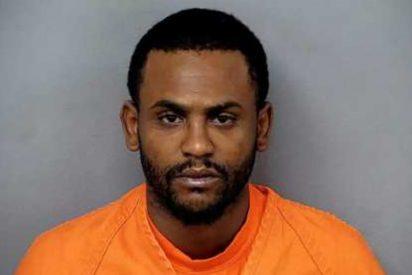 Este hombre con la ropa cubierta de sangre acude a una comisaría para confesar que había matado a dos personas