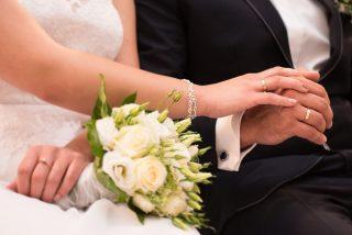 Acepta una propuesta de matrimonio y acaba arrestado por su novia en la iglesia